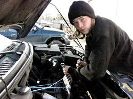 Dennis-Duckstein in der Autowerkstatt
